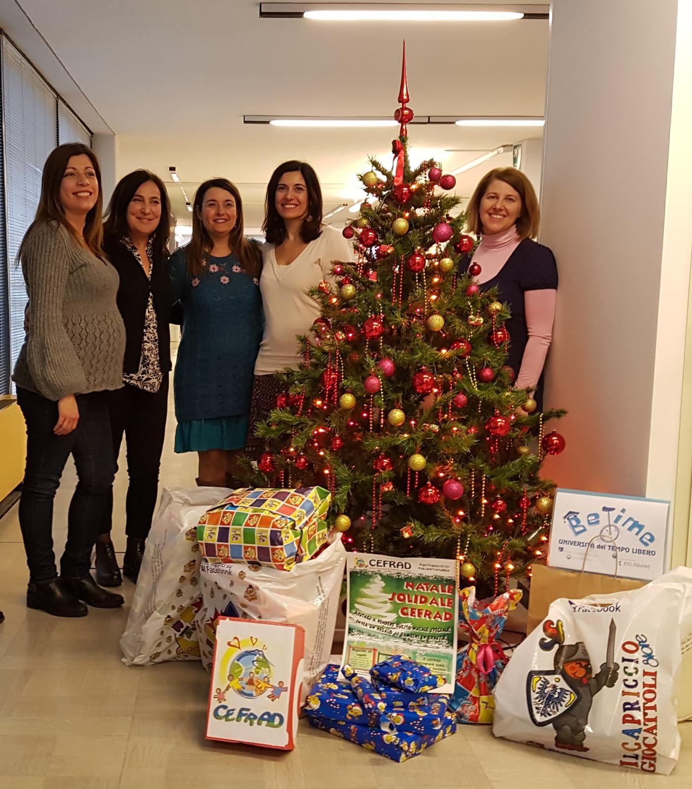 Le amiche Be Time con i 49 giocattoli raccolti e consegnati al CEFRAD